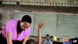 Governador da Huíla queixa-se d epoder recrutar muitos poucos professores - 1:54