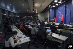 Juru Bicara Kemenlu China, Geng Shuang dalam pertemuan harian dengan media di Kanator Kemenlu China di Beijing, 18 Maret 2020.