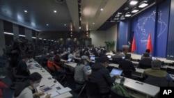 Người phát ngôn Bộ Ngoại giao TQ Cảnh Sảng tại cuộc họp báo thường ngày ở Bắc Kinh, ngày 18/3/2020. Ít nhất 13 nhà báo Mỹ sắp bị trục xuất khỏi Trung Quốc để đáp trả hành động của TT Mỹ, hạn chế thị thực cho truyền thông nhà nước TQ ở Hoa Kỳ. (AP Photo/Andy Wong)