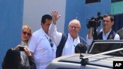 Mantan Presiden Peru, Pedro Pablo Kuczynski, melambaikan tangan saat meninggalkan fasilitas medis kejaksaan, Lima, Peru, 10 April 2019 (foto: Vidal Tarqui/Andina News Agency via AP)