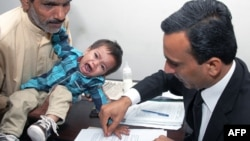 파키스탄에서 생후 9개월된 무함마드 무사가 가족과 함께 살인 미수 혐의로 기소된 가운데, 3일 변호사가 보석 신청서류에 무사의 지장을 찍고 있다.