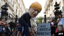 ၿဗိတိန္ ၀န္ႀကီးခ်ဳပ္ Boris Johnson ကို ဆႏၵျပၾကသူမ်ား။
