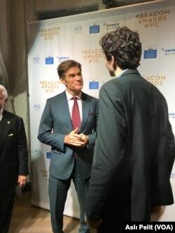 Beacon Ödülleri gecesinde açış konuşmasını ünlü kalp cerrahı Mehmet Öz yaptı