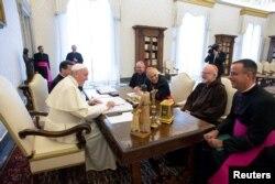 프란치스코(왼쪽) 교황이 13일 바티칸에서 미국 가톨릭 교회 지도자들을 면담하고 있다. 교황은 이날 웨스트버지니아주 휠링-찰스턴 교구의 마이클 브랜스필드 주교의 사임을 수락하고 조사를 지시했다.