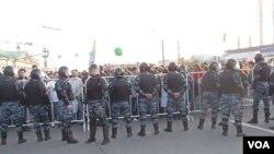 去年5月6日莫斯科反政府示威中,警察同示威者發生衝突(美國之音白樺拍攝)