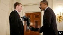 El presidente Obama conversa con un estudiante durante la Feria de Ciencias de la Casa Blanca de 2013.