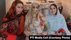 مہرو حیات اپنی والدہ بشریٰ بی بی اور پی ٹی آئی کی کارکن فرح خان کے ہمراہ