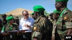 Wakil Sekjen PBB Jan Eliasson berbicara dengan staf medis dari Kontingen Uganda yang bertugas di Mogadishu, Somalia. (Foto: Dok)
