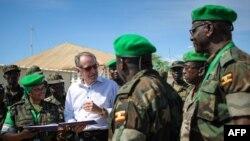 Wakil Sekjen PBB Jan Eliasson (baju putih) berbicara dengan pasukan perdamaian Uni Afrika di Mogadishu (foto: dok). Uni Afrika akan mengirim 5.000 tentara penjaga perdamaian ke Burundi.