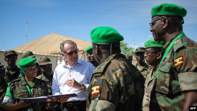 U.N Deputy Secretary-General Jan Eliasson (2nd L) speaks with medical staff from the Ugandan Contingent serving with the African Union Mission in Somalia, in Mogadishu October 27, 2013 (U.N. photo/Stuart Price).