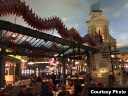 Sòng bài ở khách sạn Paris với khung cảnh mời gọi du khách châu Á (ảnh Bùi Văn Phú)