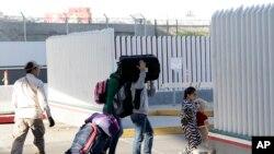 Một gia đình di dân đến nộp đơn xin tị nạn ở biên giới với Mỹ ở thành phố Tijuana, Mexico