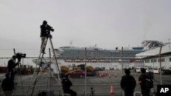 Periodistas captan imágenes del crucero que se encuentra atracado en Japón con decenas de pasajeros en cuarentena entre esos más de 300 estadounidenses que serán repatriados este domingo. Dentro del barco se reportaron casos de personas con síntomas del nuevo virus.