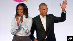 သမၼတ Barack Obama နဲ႔ ဇနီး Michelle Obama တုိ႔ကုိ ၂၀၁၇ ခုႏွစ္၊ ေအာက္တုိဘာ ၃၁ ရက္ေန႔က ခ်ီကာဂုိၿမိဳ႕တြင္ ေတြ႔ရစဥ္။