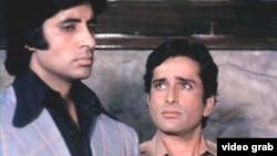 «شاشی کاپور» در کنار آمیتاب باچان دیگر ستاره سینمای هند در فیلم «دیوار» خوش درخشید