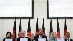 فضل احمد معنوی ریيس کميسيون انتخابات افغانستان (سوم از راست) در کابل. ۲۱ اوت ۲۰۱۱