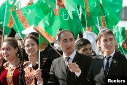 Prezidentni qutlayotgan talabalar (suratning ustiga bossangiz, kattalashadi)