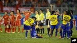 Các cầu thủ Thái Lan vui mừng sau khi chiến thắng đội tuyển Việt Nam trong Giải vô địch Bóng đá nữ châu Á tại sân vận động Thống Nhất, TP Hồ Chí Minh, Việt Nam, ngày 21/5/2014.