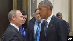 바락 오바마 미국 대통령(오른쪽)과 블라디미르 푸틴 러시아 대통령이 지난달 중국 항저우에서 열린 주요20개국(G20) 정상회의에서 환담하고 있다. (자료사진)
