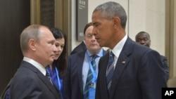 Prezidan ris la, Vladimir Putin (agoch) ki tap pale ak kòlèg ameriken li, Barack Obama, nan vil Hangzhou nan pwovens Zhejiang, ki nan pati lès peyi Lachin, nan dat 5 septanm 2016 la.