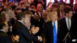 미국 대통령 선거에 출마한 공화당의 도널드 트럼프 경선 후보(오른쪽)가 지난 3일 뉴욕 기자회견장에 도착한 가운데, 지지자들의 박수를 받고 있다. (자료사진)