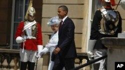 ພະລາຊີນີ Elizabeth ຊົງຮັບຕ້ອນປະທານາທິບໍດີ ບາຣັກ ໂອບາມາ ໂດຍພະອົງເອງ ໃນພິທີຕ້ອນຮັບ ຢ່າງເປັນທາງການ ທີ່ພະລາດຊະວັງ Buckingham ໃນກຸງລອນດອນ, ວັນທີ 24 ພຶດສະພາ 2011.
