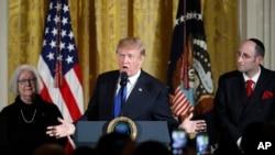 美国总统川普在纳粹屠杀犹太人幸存者和犹太教拉比的陪伴下在白宫东室参加光明节招待活动并发表讲话。(2017年12月7日)
