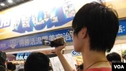 就讀香港中文大學的大陸留學生王同學表示,很多大陸人來到香港在好奇心的驅動下會參加六四活動 (美國之音湯惠芸)