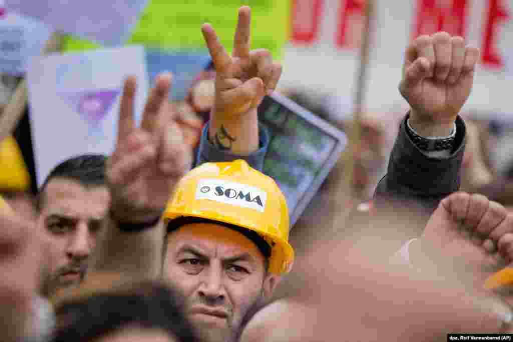 Başbakan Erdoğan'a karşı düzenlenen protestolar nedeniyle Köln'de olağanüstü hal yaşandı. Almanya Alevi Birlikleri Federasyonu'nun organize ettiği protesto gösterisineKöln polisinin verdiği sayıya göre en az 45 bin kişi katıldı. Organizatörler katılımcı sayısını 80 bin olarak tanımlarken, göstericiler pankartlar, sloganlar eşliğinde protesto yürüyüşü gerçekleştirdi ve Başbakan Erdoğan'ın politikalarını sert şekilde kınadı.