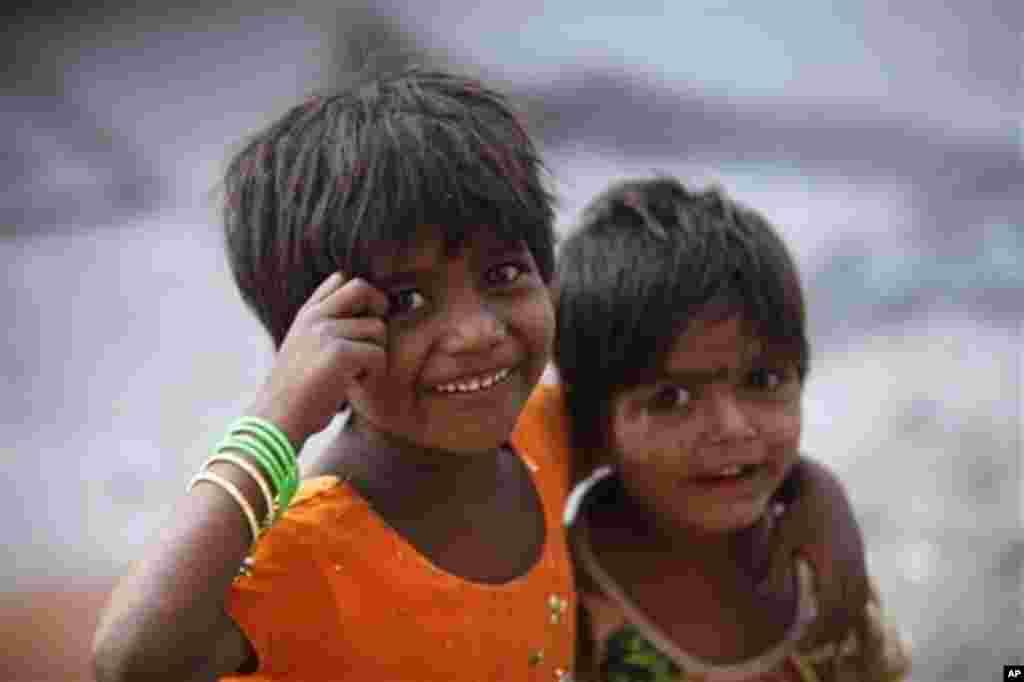 인도 서부의 하이데라바드 시 판자촌에서 사는 소녀들. 11일 세계 여자아이의 날에 카메라 앞에서 포즈를 취하고 있다.