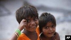 Dua anak India tengah terlihat malu-malu saat diambil gambarnya ketika mereka sedang bermain di jalanan di wilayah Hyderabad, India (Foto: dok). Sebuah organisasi HAM menerbitkan laporan yang mengejutkan dengan mengungkapkan bahwa pelanggaran seks terhadap anak-anak biasa terjadi di India.