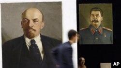 列宁和斯大林像,狠抓意识形态的苏共和苏联灰飞烟灭,网民称其体制给中国带来灾难性后果