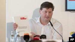 독일 남부의 유명한 가톨릭 학교에서 학생들을 대상으로 수십 년 동안 성폭력이 이뤄진 것으로 드러났다. 피해자 측 변호인 울리히 베버 씨가 18일 기자회견을 하고 있다.