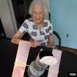 Nancy Grace Roman, 86 tahun, berpose dengan model teleskop Hubble yang dirancangnya (foto: dok.).
