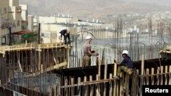30일 팔레스타인 노동자들이 동예루살렘 라메트 솔로모의 유대인 정착촌 건설현장에서 일하고 있다.