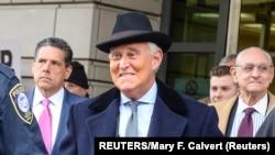 L'ancien conseiller de campagne de Donald Trump, Roger Stone, à sa sortie de l'audience au cours de laquelle il a été condamné à plus de 3 ans de prison. REUTERS/Mary F. Calvert