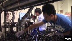 Ji-Xen Cheng dan timnya sedang mengembangkan teknologi pemindaian internal. (E.Celeste)