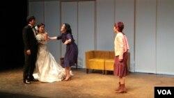 남북 관계를 남녀간의 사랑으로 묘사한 연극 '두 코리아의 통일' 중 '결혼' 에피소드의 한 장면.