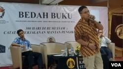 """Mantan pengikut ISIS, Febri Ramdani (baju batik) dalam peluncuran sekaligus bedah bukunya yang berjudul """"300 Hari di Bumi Syam"""" di Jakarta, Selasa (11/2). (VOA/Fathiyah)"""