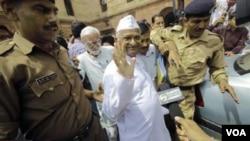 Aktivis sosial India Anna Hazare dibawa ke kantor polisi di New Delhi (16/8)