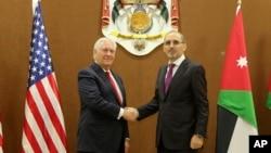 렉스 틸러슨 미국 국무장관(왼쪽)이 14일 요르단 암만에서 아이만 사파디 요르단 외무장관과 만나 악수하고 있다.