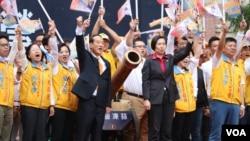 宋楚瑜和他的竞选搭档徐欣莹同台造势(美国之音李逸华拍摄)