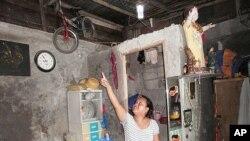西拉.羅伊拉斯展示在她家裡安裝由塑料汽水瓶製成的節能燈。