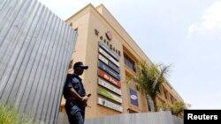 Pasukan keamanan Kenya mengamankan pusat perbelanjaan Westgate di Nairobi (foto: dok).