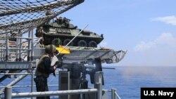 """美軍""""黃蜂號""""兩棲攻擊艦2018年9月27日在南中國海展開實彈射擊(美國海軍)"""