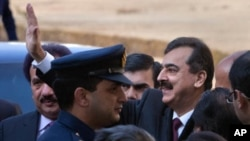 Pakistan's Prime Minister Yusuf Raza Gilani waves towards the media after arriving at the Supreme Court in Islamabad, January 19, 2012.