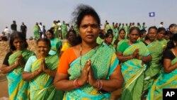 26일 인도 첸나이에서 쓰나미 참사 10주년을 맞아 열린 추모식에서 참석자들이 쓰나미 희생자들을 위해 기도하고 있다.