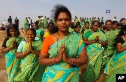 2014年12月26日印度妇女在孟加拉湾祈祷纪念2004年海啸10周年