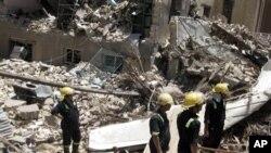 Nhân viên cứu hộ tìm kiếm các nạn nhân tại khu vực Bab al-Muadham sau vụ nổ bom, ngày 4/6/2012