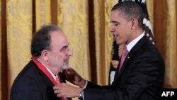 Tổng thống Obama đeo huân chương cho nhà phê bình văn học Roberto Gonzalez